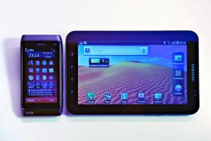 N8-kännykän koko Samsun Galaxy Tabin rinnalla.