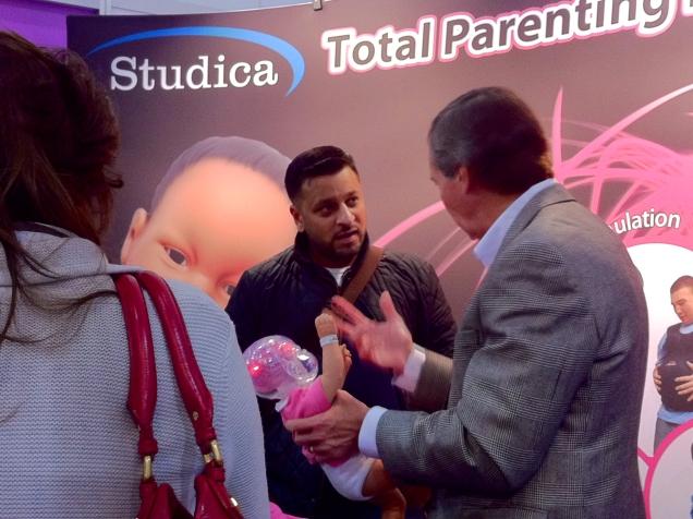 Robotiikkaa oli havaittavissa myöskin vauvanhoitoon liittyvässä opastamisessa. Robottivauvan käsittely on paljon turvallisempaa, kuin oikean. Ehkä tätä kautta ainakin ensisynnyttäjän itsetuntoa saadaan hiukan rohkaistua.