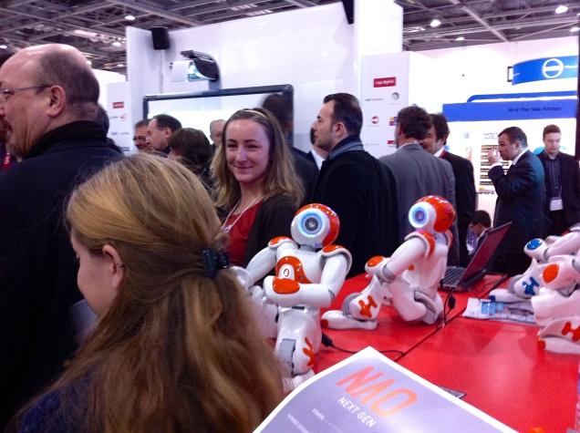Maailmalla kuuma keskustelun aihe on robottiautojen tuleminen, joten silmään sattui täälläkin robottiteknologia. Tanssivassa robotissa ei sinänsä ole mitään uutta, mutta indikoiko tämäkin silti olemassa olevaa murrosta?